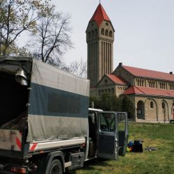 zrębkowanie gałęzi przy kościele Księże Małe